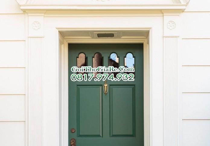 Sơn cửa gỗ ngoài trời với màu xanh đậm tuyệt đẹp