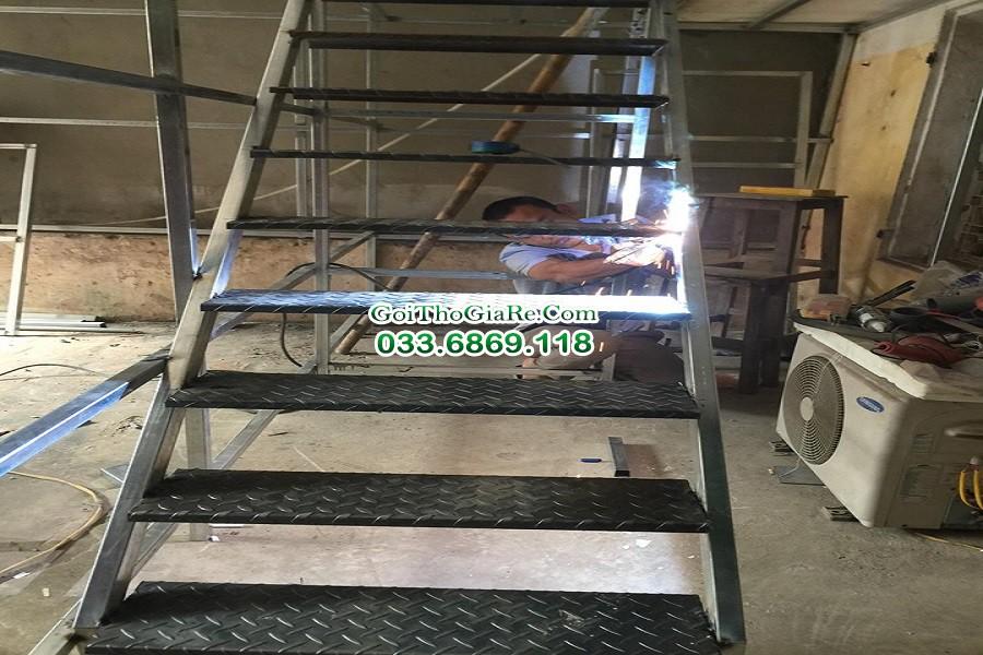 Thợ hàn xì cầu thang sắt theo thiết kế tại Hà Nội